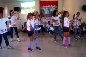 Barna opptrer på 10årsfeiringen for Sponsorprogrammet.