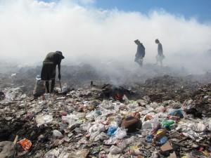 Søppelplukkere på fyllingen på Cavite (bilde fra ecowastecoalition.org)